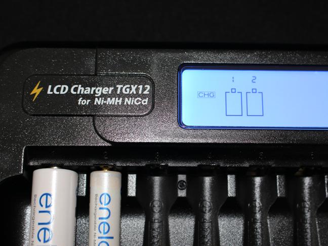たくさんの充電池を12個まとめて一気に充電!「LCD 充電器TGX12」
